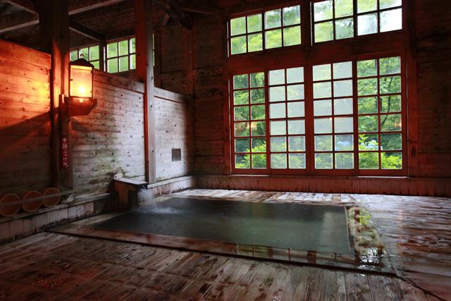総ヒバ造りの大浴場「健六の湯」(写真=ランプの宿 青荷温泉提供)