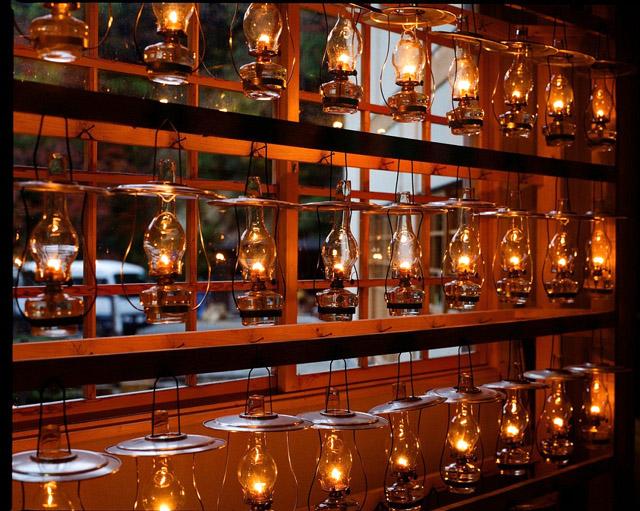 ランプは従業員が一つひとつ火をともしているという(写真=ランプの宿 青荷温泉提供)