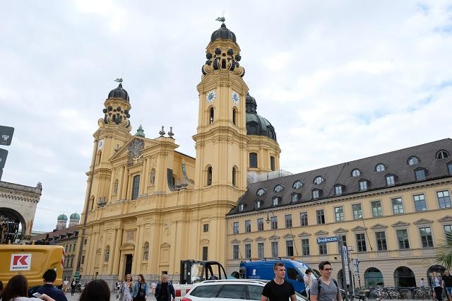 ミュンヘン旧市街地にあるテアティーナ教会。黄色い外壁が印象的