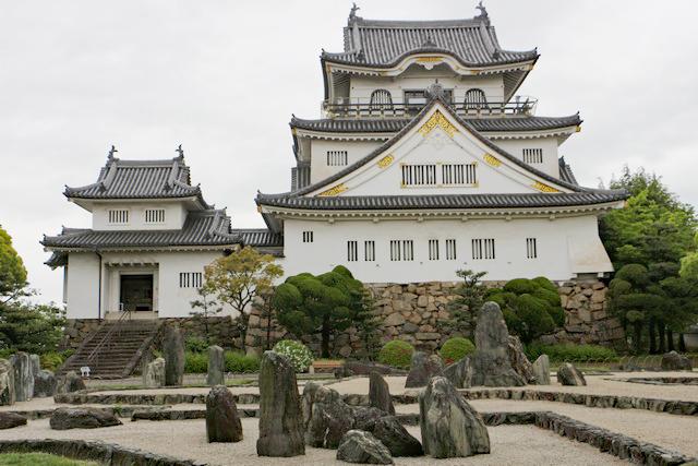 復元だが優美な姿の3層の岸和田城天守閣