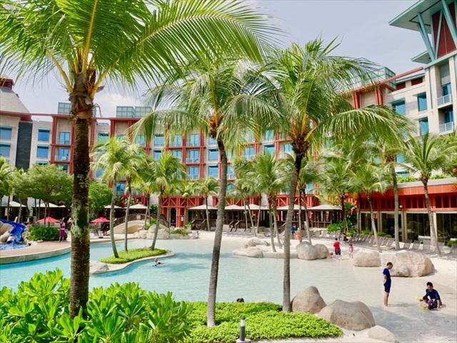 シンガポールには自然なビーチがありませんが、そのぶん手入れの行き届いた人工ビーチが充実しています。こちらは「ハードロック・ホテル」のビーチ風プール。白いビーチは眺めているだけでも気持ちいい。小さな子どもも安全に遊ばせることができます