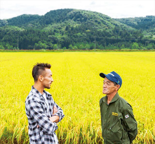 実った稲穂を見ながら語り合う、中田英寿さんと、天栄米栽培研究会会長・斑目義雄さん