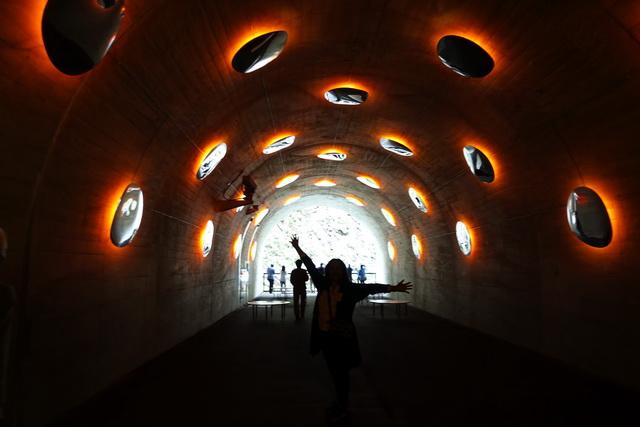 清津峡渓谷トンネルはアート作品にもなっている