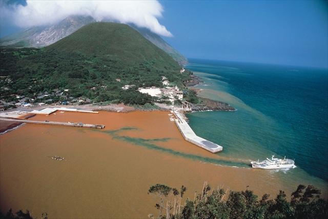 島の周りの海は、海底から湧く鉄分を含んだ温泉の影響で黄土色をしている(写真=公益社団法人 鹿児島県観光連盟提供)