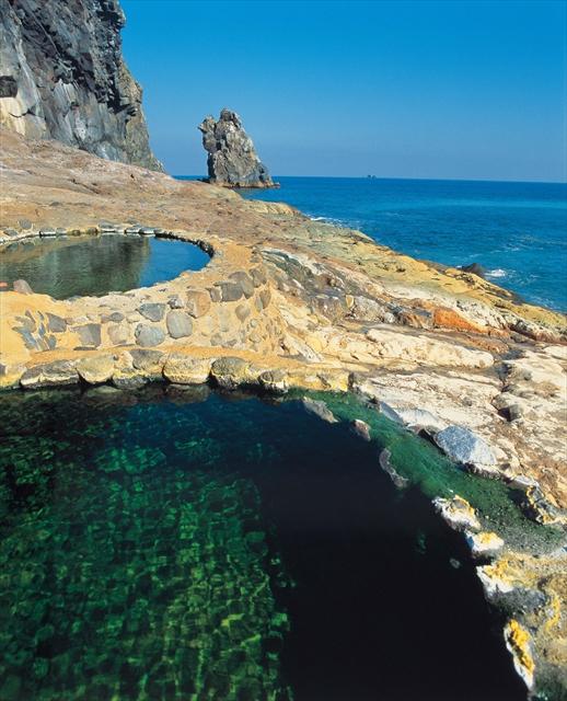 美しいエメラルドグリーン色をした湯をたたえる露天風呂(写真=公益社団法人 鹿児島県観光連盟提供)
