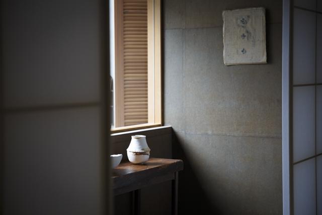 奥深い色合いの和紙の壁が和の空間を洗練された印象に