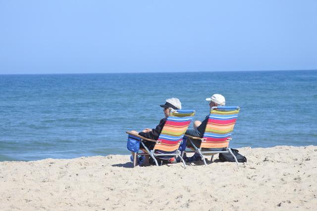チャタム灯台前のビーチでくつろぐシニアのご夫婦。2人の間をラジオの軽快な音楽が流れています
