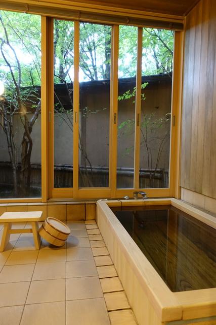部屋専用の温泉は、源泉かけ流し