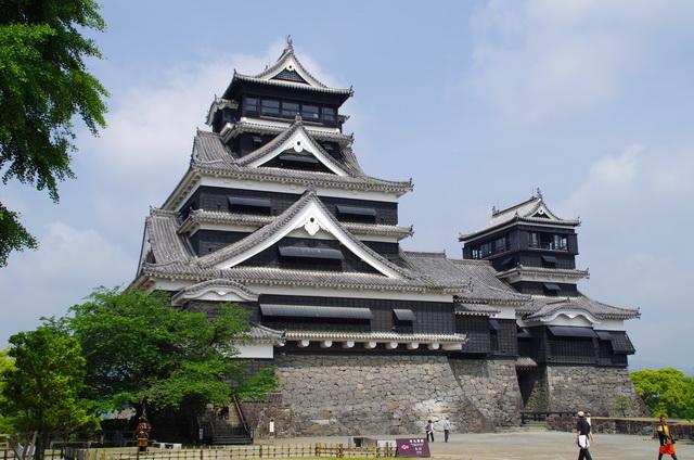 熊本城(2012年撮影)。天守は西南戦争の際に本丸御殿とともに焼失し、1960(昭和35)年に再建された