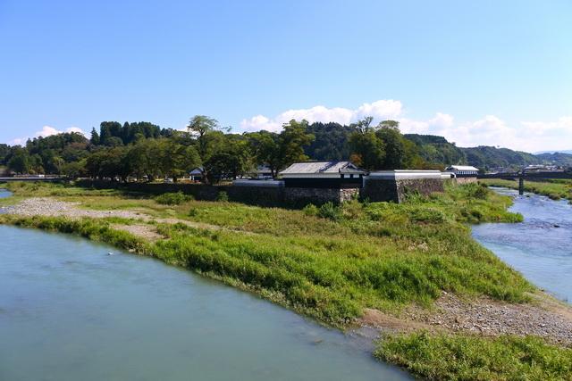 人吉城。JR人吉駅から車を南へ10分ほど走らせたところにある