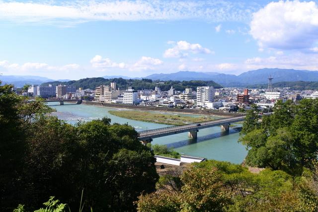 人吉城からの眺望。官軍が着陣した村山台地は、球磨川対岸の北西へ2キロほど離れたところにある