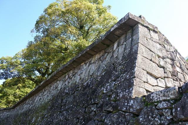 はね出し石垣。御館の防火のためにつくられた