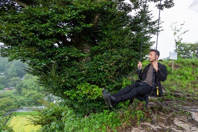 志賀さんの強いすすめで中田さんもブランコに挑戦。崖から飛び出すような浮遊感に「想像以上に面白いですね」と笑顔