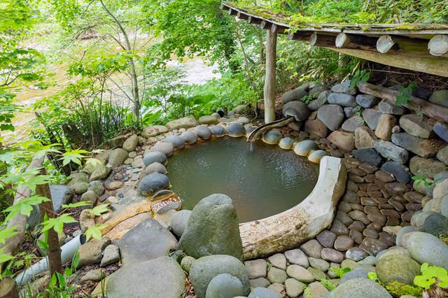 銀婚湯の敷地の森に貸し切り温泉が点在している