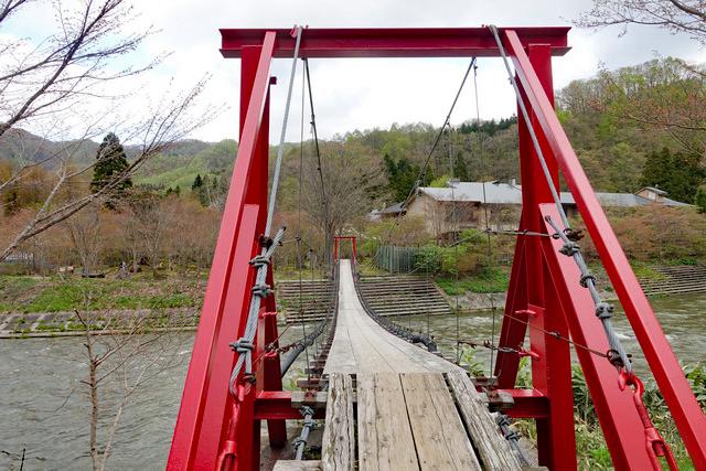 つり橋を渡って隠し湯へ向かう