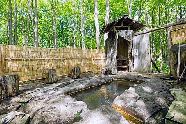 「かつらの湯」は巨石を手彫りした湯船