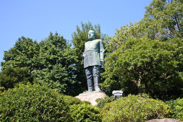 城山町にある、西郷隆盛銅像。陸軍大将の礼装をしている