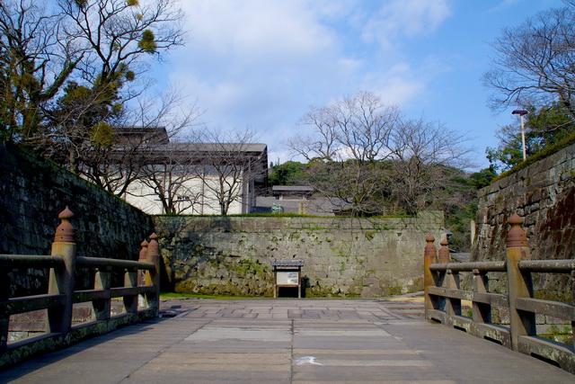 鹿児島城の石橋と銃痕が残る枡形(2012年撮影)。現在は1873年に火災で焼失した御楼門の復元工事中のため通行できない