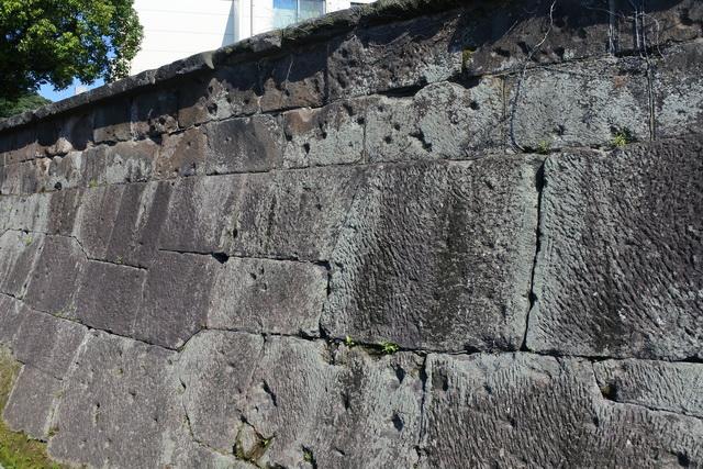 私学校跡の石塀に残る弾痕。鹿児島城や私学校の周辺は激戦地となった