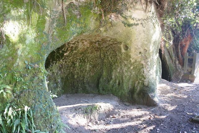 西郷が最後の6日間を過ごし、指揮をとっていた西郷隆盛洞窟。奥行き4メートル、間口3メートル、入口の高さ2.5メートルとかなり小さい。
