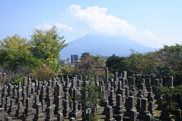 南洲墓地。薩摩出身者だけでなく、西郷を慕って西南戦争に参戦した庄内藩の将士の墓など、749基の墓碑が建てられている