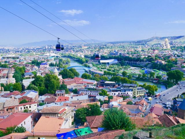 ロープウェーが丘の上とふもとを結ぶジョージアの首都トビリシ