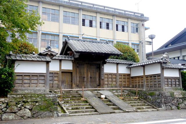出水市立出水小学校の校門は、移築された御仮屋門。藩主の島津義弘が隠居所とすべく移したと伝わる。この地は江戸時代、藩主の宿泊所だった