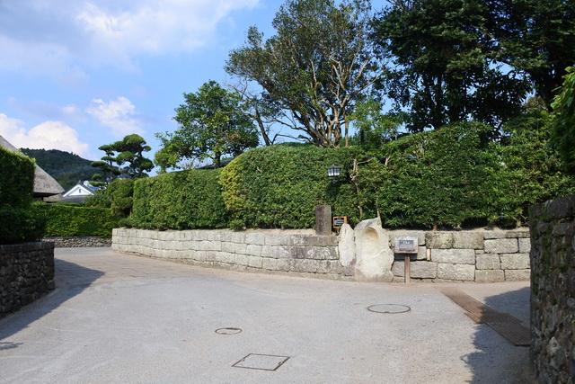 石敢當。直進する性質の魔物が、T字路や三差路などの突き当たりにぶつかって向かいの家に侵入しないためという。屏風岩は城の枡形(ますがた)と同じ原理で、防衛を兼ねている