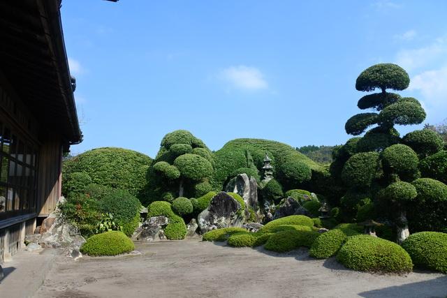 西郷恵一郎庭園。刈り込みで表現された連山、石組みによる枯滝や鶴亀など、調和が見事