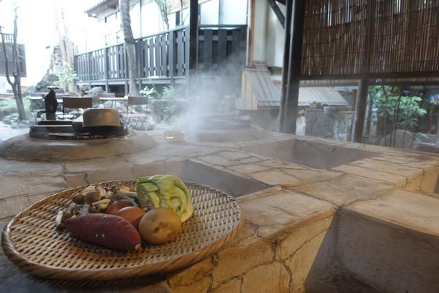 宿の中庭で地獄蒸し料理に挑戦
