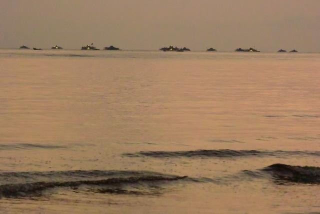 これは早朝、朝日の光が強くなるにつれ、電灯を消してゆく沖に浮かぶケロン