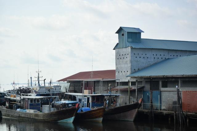 島を縦断するカワル川の河口付近にある、昔ながらの漁師町