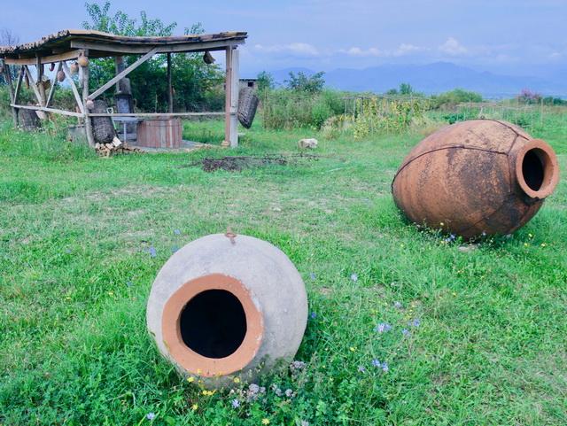 伝統的なジョージアワイン造りに使われる素焼きのつぼ。通常は地中に埋められています