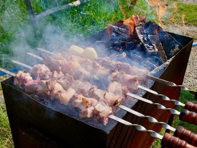 巨大な串に豚や牛、チキンといった肉や野菜を刺して、ジョージアにはたくさんあるぶどうの枝で焼き上げた串焼き