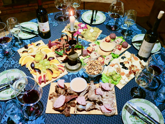 生ハムとメロンなど、肉製品とフルーツの組み合わせは定番ですが、ジョージアではチュルチュヘラや果汁をシート状にしたものと肉製品を合わせることが多いそう。この宴会メニューのほとんどの食材がジョージア国産です