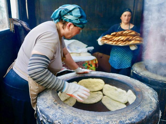ジョージアの主食はパンなどの小麦。シンプルに塩だけで焼き上げた焼き立てのパンを毎日食べる分だけ購入します