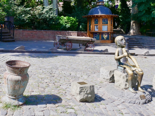トビリシの街角にある、紀元前7世紀の像「ワインを飲む人(タマダ)」のレプリカ