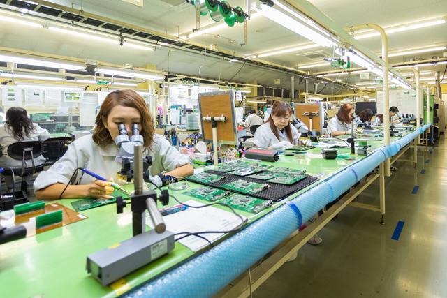 スイーツ部門が好調でも、本業は電子部品。顕微鏡とはんだごてを使った微細なはんだ付け技術は日本の先端技術を支えている