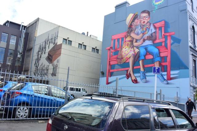 歴史的建造物の合間はざまのビルにモダンアートが。アートが街に溶け込んでいます