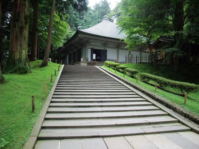 覆堂に守られて立つ中尊寺金色堂