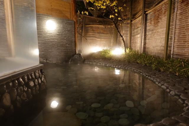 丸みのある露天風呂は癒やしの雰囲気
