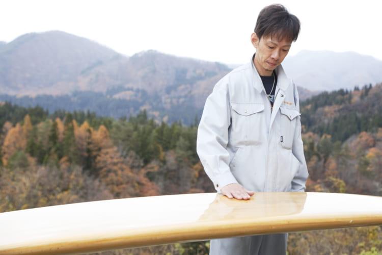 桐(きり)製サーフボード作りに福島の山間で挑むタンス職人・角田庄伸さん