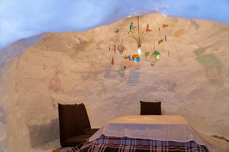 アートなかまくらでの夕食、かんじきトレッキングも 豪雪地・秋山郷の「かたくりの宿」