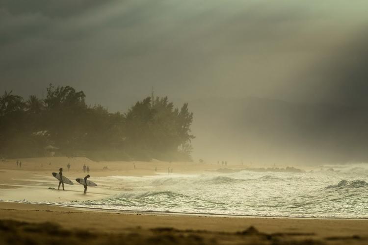 冬のハワイ・ノースショア、大波に挑むサーファーたちの優しさ