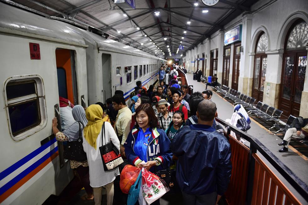 バリ島へのフェリーが発着するバニュワンギへ インドネシアの鉄道制覇旅(3)