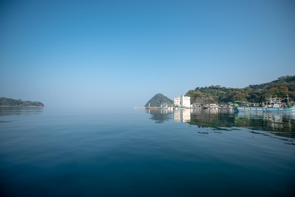 おだやかな早朝の内浦漁港