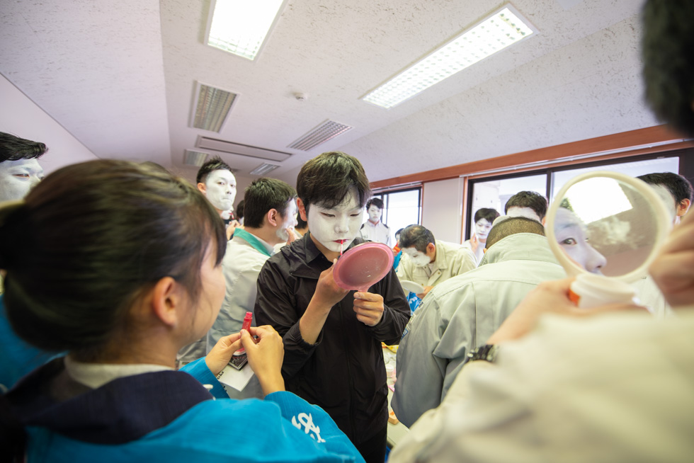 漁協の一室に詰めかけて、祭りの支度をする若い衆