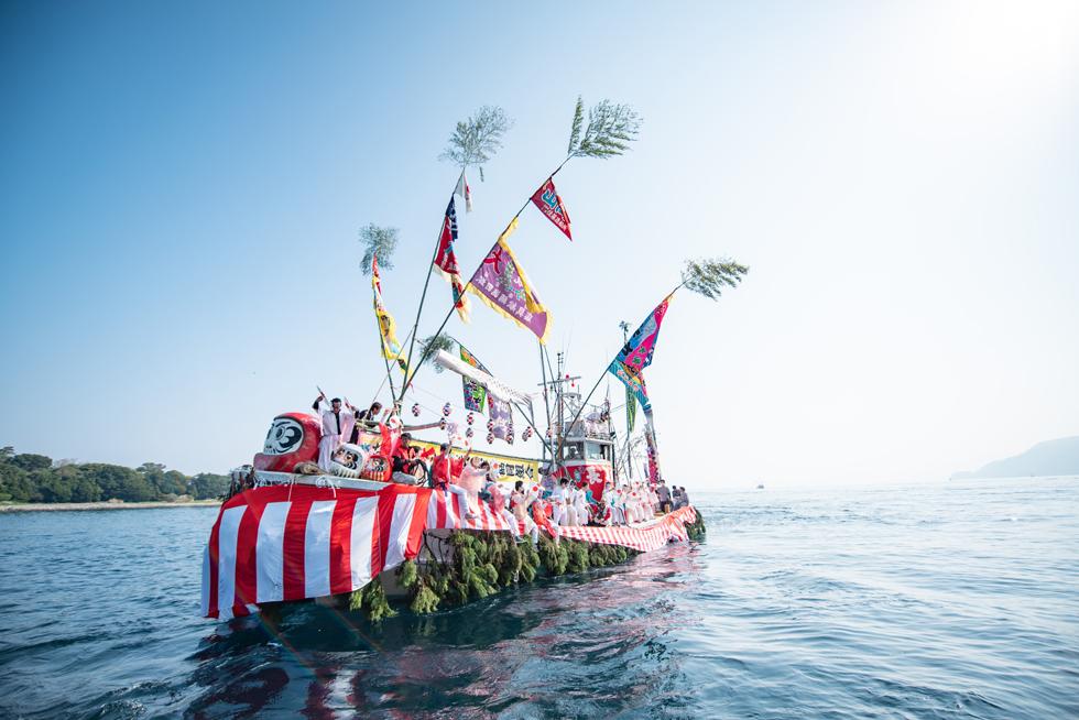 紅白幕と杉の葉で飾られた踊り船