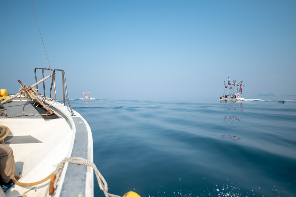 客船で踊り船を追いかける。意外と速い