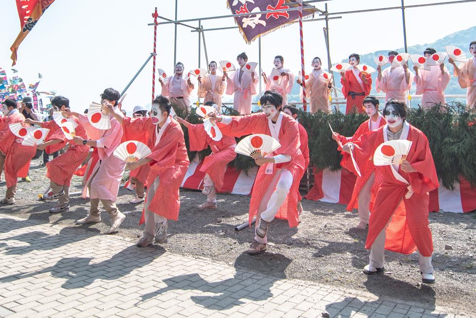 勇み踊りを披露する青年団。楽器はすりがね、笛、大太鼓、小太鼓といった感じだ